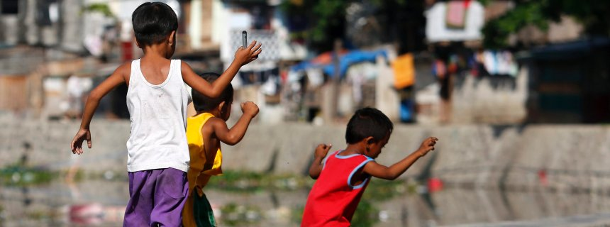 epa05371428 Filipino children are seen playing at a shantytown in Paranaque city, south of Manila, Philippines, 17 June 2016. According to the World Bank'd latest study, higher investments in skills and education, and flexible labor rules can help reduce poverty among workers in the Philippines. The report said that in the last decade, the Philippine economy has been growing at an average of 5.3 percent, while the working population and jobs have been growing at an average of 1.8 percent and 1.9 percent, respectively. Labor productivity has also been growing at 3.4 percent a year. However, the growth of real wages or wages adjusted for changes in prices of goods and services has yet to catch up with the rising productivity. As a result, many workers remain poor. EPA/FRANCIS R. MALASIG +++(c) dpa - Bildfunk+++